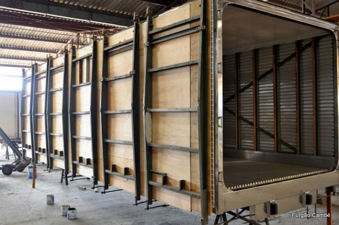 Processo de escoramento para injeção de furgões frigoríficos e isotérmicos. Reforço em X nas colunas.