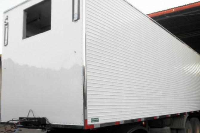 Furgão Frigorífico Semirreboque. Janela lateral para manutenção do aparelho de refrigeração. Portinholas da frente (perto do local para colocação de aparelho) para transporte de verduras.