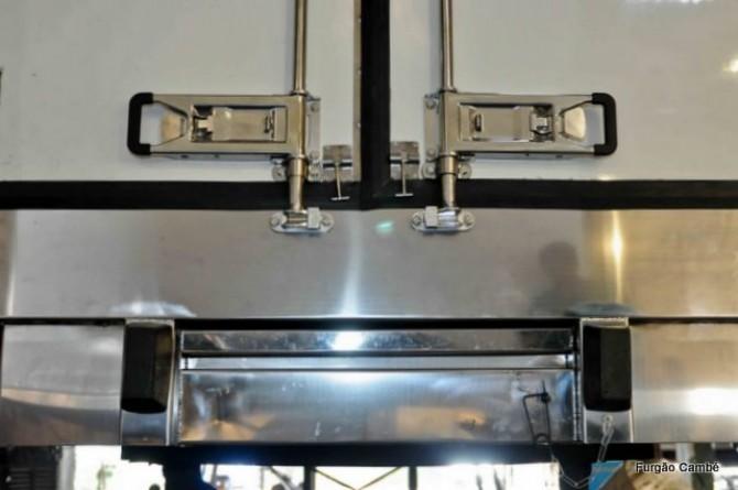 Peças em preto: batedores de borracha para proteção. Faixa entre os dois batedores: escada embutida (recolhida). Isotérmicos e Frigoríficos.