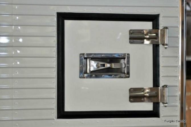 Portinhola lateral para manutenção do aparelho de refrigeração. Furgões Frigorífico e Isotérmicos.