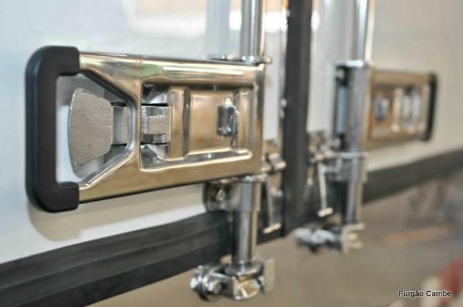 Detalhe: fechadura em aço inox para portas de furgões frigoríficos e isotérmicos