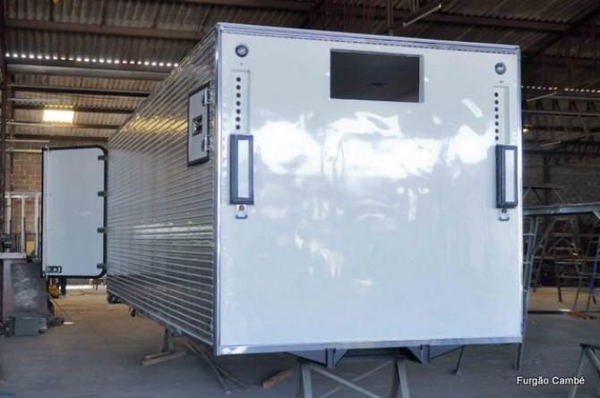 Baú Isotérmico. Janela lateral para manutenção de aparelho de refrigeração. Duas portinholas para transporte de verduras.