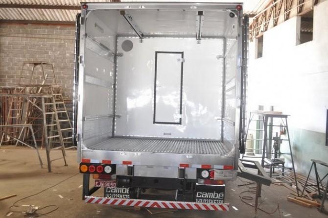 Furgão Isotérmico. Parte interna. Detalhe: divisória móvel com porta central e quadro traseiro em aço-inox.