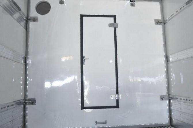 Furgão Isotérmico. Parte interna. Detalhe: divisória móvel com porta central.