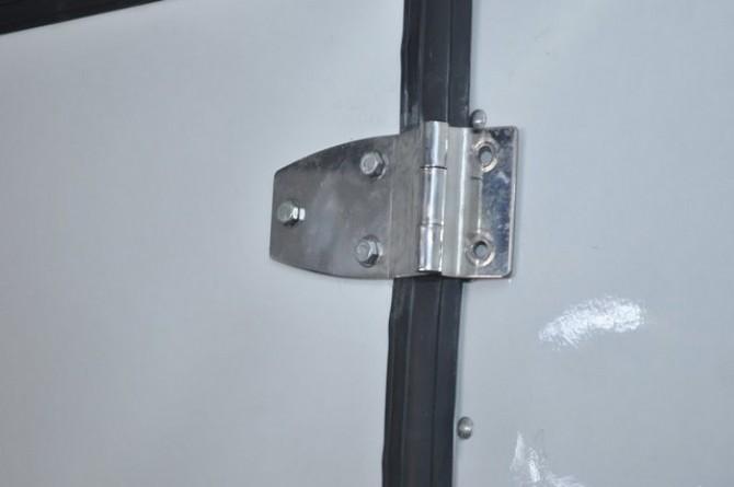 Furgão Isotérmico. Detalhe: dobradiça da porta central da divisória móvel.