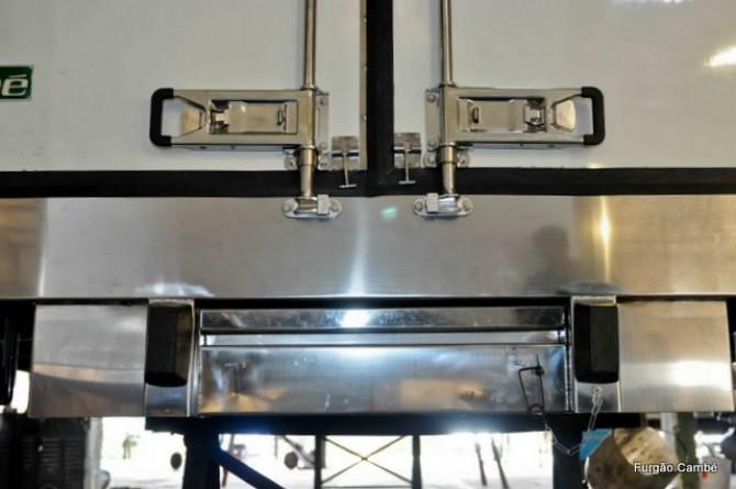 Peças em preto: batedores de borracha para proteção. Faixa entre os dois batedores: escada embutida (recolhida). Furgões Isotérmicos e Frigoríficos.