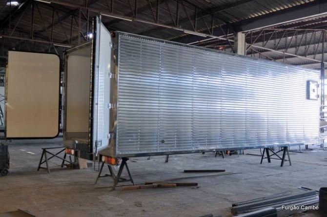 Vista lateral de um furgão isotérmico. Detalhe: janela lateral para manutenção de aparelho de refrigeração.
